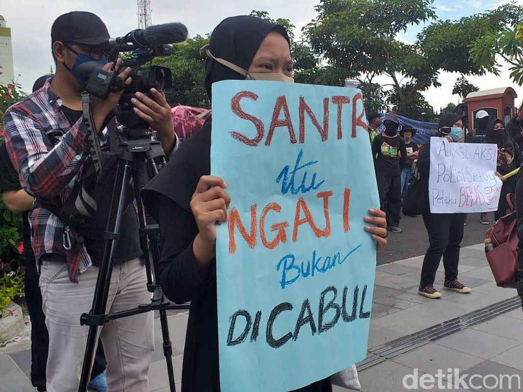 Di Depan Polisi, Massa Minta Anak Kiai Jombang Diduga Cabuli Santri Ditangkap