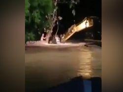 Detik-detik Ekskavator Selamatkan Warga di Banjir Masamba
