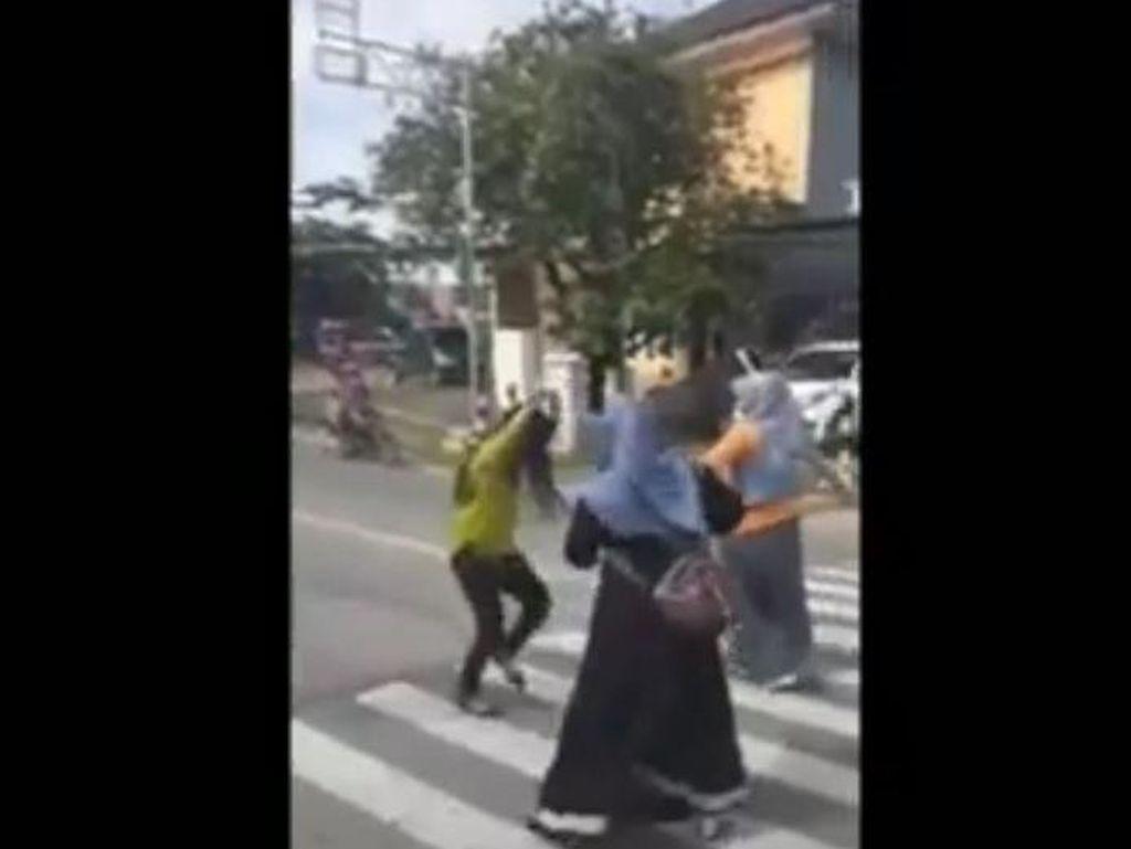 Emak-emak di Mamuju Joget di Jalan Raya, Siap-siap Kena Sanksi