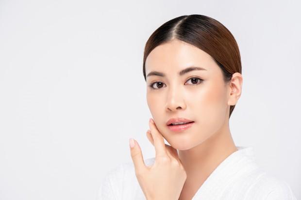 Gerakan memakai serum dengan memijat, mengusap, memutar, menekan, dan menarik dengan lembut di area sekitar kulit wajah.