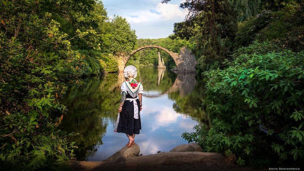 Keren! Wanita Ini Keliling Dunia Pakai Baju Tradisional