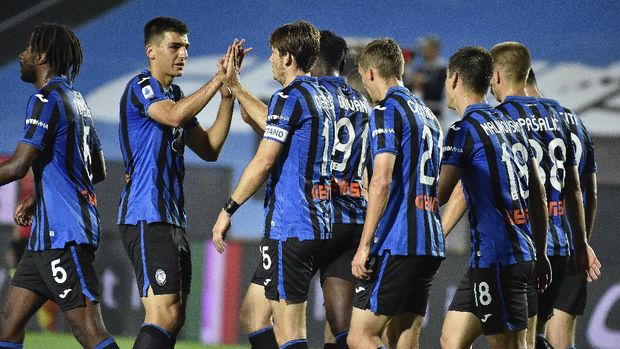 Atalanta's Marten de Roon, third left, celebrates with his team after scoring a goal during a Serie A soccer match between Atalanta and Brescia, at the Gewiss Stadium in Bergamo, Italy, Tuesday, July 14, 2020. (Gianluca Checchi/LaPresse via AP)