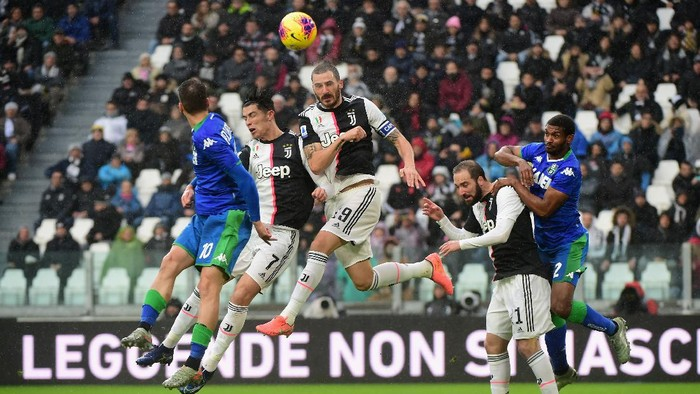 TURIN, ITALY - DECEMBER 01:  (C) Leonardo Bonucci of Juventus heads the ball during the Serie A match between Juventus and US Sassuolo at  on December 1, 2019 in Turin, Italy.  (Photo by Pier Marco Tacca Getty Images)