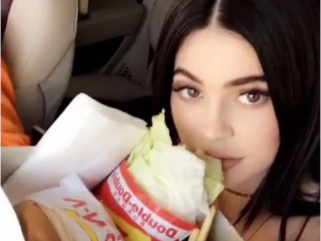 Menu Sarapan Pemicu Asam Lambung hingga Kylie Jenner Heboh Makan Mie Instan