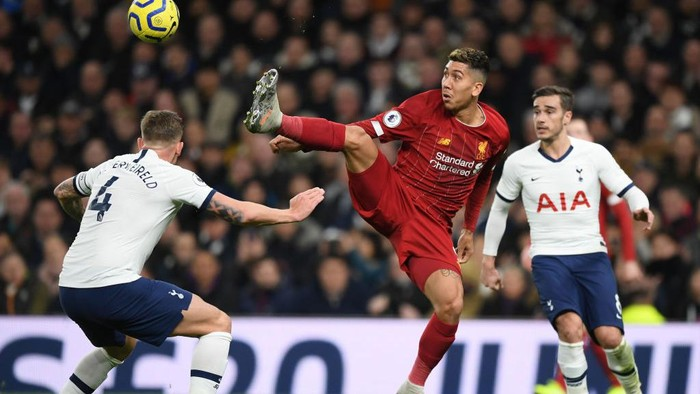 LONDON, ENGLAND - JANUARY 11:  Roberto Firmino of Liverpool controls the ball during the Premier League match between Tottenham Hotspur and Liverpool FC at Tottenham Hotspur Stadium on January 11, 2020 in London, United Kingdom. (Photo by Shaun Botterill/Getty Images)