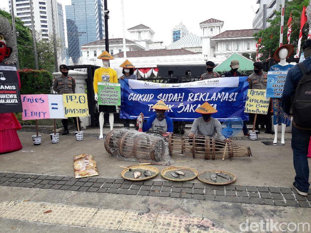 Bawa Ikan Busuk, KIARA Demo Tolak Reklamasi Ancol di Depan Kantor Anies