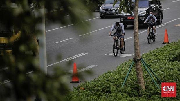 Warga menggunakan sepeda di jalur khusus sepeda di kawasan Jalan Sudirman, Jakarta, Rabu, 15 Juli 2020. Pemprov DKI akan meniadakan jalur sepeda di Jalan Jenderal Sudirman hingga Jalan MH Thamrin setiap hari Minggu. CNN Indonesia/Adhi Wicaksono