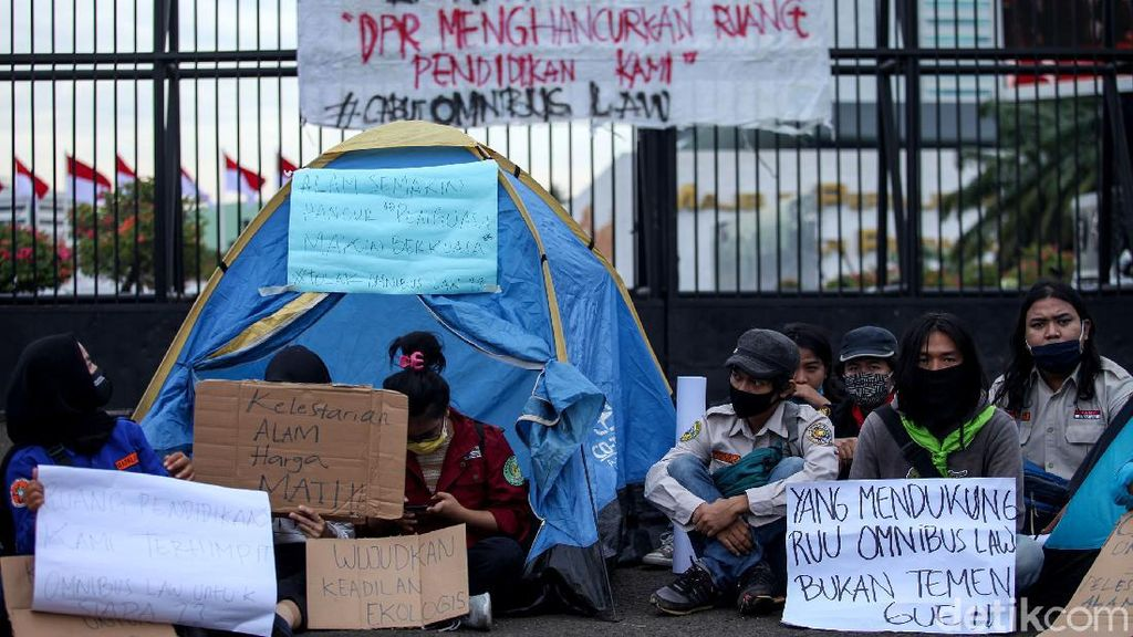 Tolak Omnibus Law, Mapala Gelar Tenda di Depan Gedung DPR