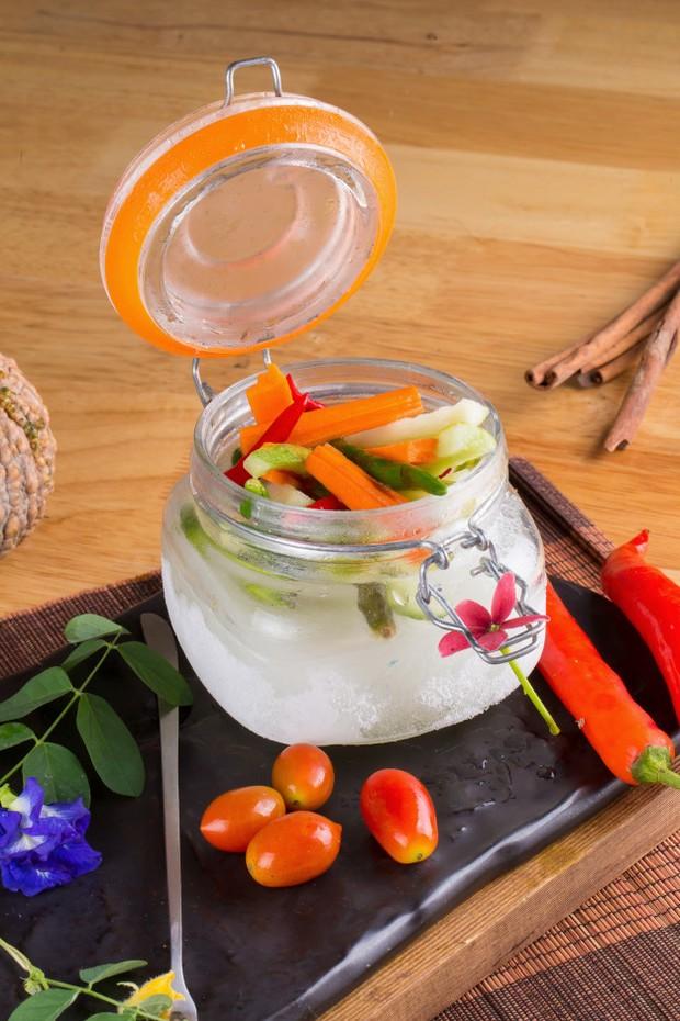 Acar dapat membuat cita rasa nasi goreng yang asin berbau bawang menjadi lebih menyegarkan dan enak.