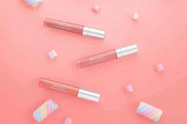 Wardah Exclusive Matte Lip Cream adalah salah satu lipstik anti luntur yang recommended selama bepergian pakai masker