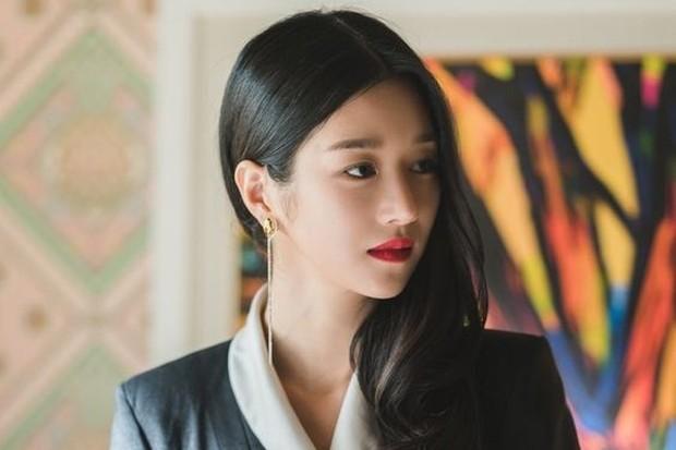 Seo Ye Ji make up bold dengan lipstik merah