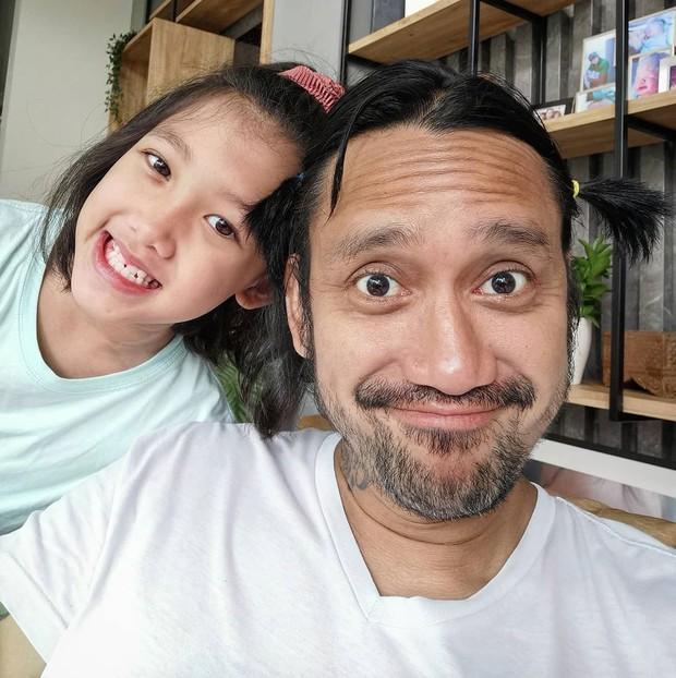 Mieke Amalia dan Tora Sudiro dikarunia seorang putri cantik bernama Jenaka Mahila pada 21 Maret 2012.