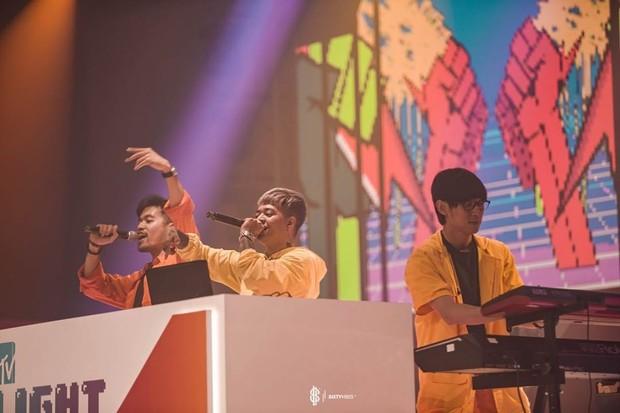 Weird Genius kerap dikira merupakan grup musik asal luar negeri karena lagu Lathi dan sejumlah lagu Weird Genius menggunakan bahasa Inggris pada setiap liriknya.
