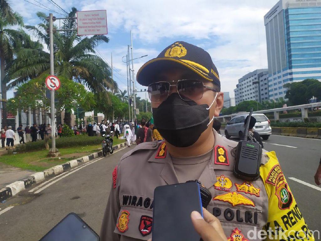 Polisi Beri Sekat Massa Buruh dan PA 212 dkk yang Demo di Depan Gedung DPR