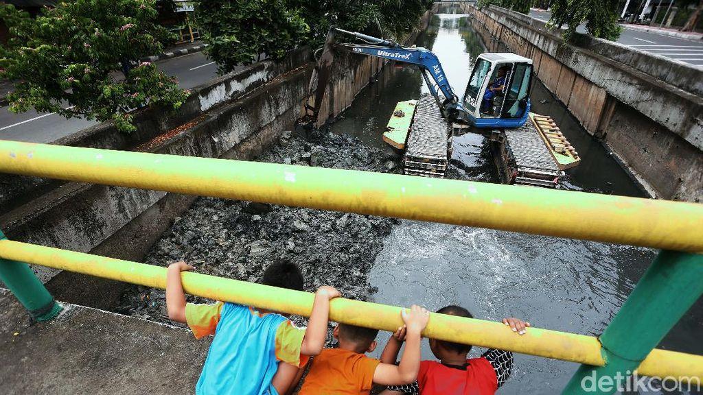 Antisipasi Banjir, Endapan Lumpur Kali Benda Dikeruk