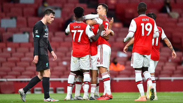 LONDON, ENGLAND - JULY 15: Reiss Nelson of Arsenal celebrates with teammates after scoring his sides second goal during the Premier League match between Arsenal FC and Liverpool FC at Emirates Stadium on July 15, 2020 in London, England. Football Stadiums around Europe remain empty due to the Coronavirus Pandemic as Government social distancing laws prohibit fans inside venues resulting in all fixtures being played behind closed doors. (Photo by Glyn Kirk/Pool via Getty Images)