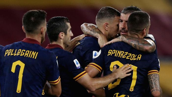 ROME, ITALY - JULY 15:  Edin Dzeko (C) with his teammates of AS Roma celebrates after scoring the teams second goal during the Serie A match between AS Roma and Hellas Verona at Stadio Olimpico on July 15, 2020 in Rome, Italy.  (Photo by Paolo Bruno/Getty Images)