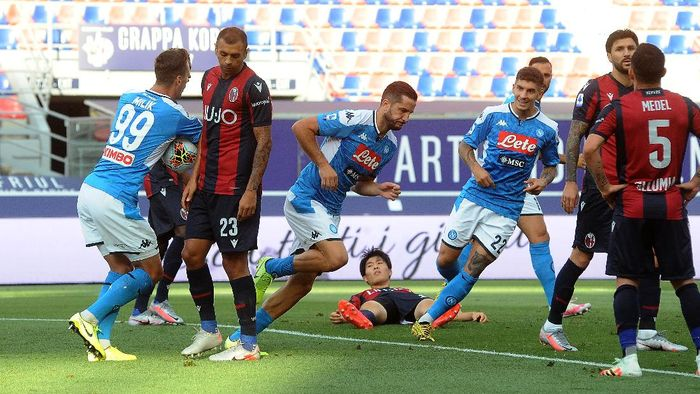 BOLOGNA, ITALY - JULY 15: Konstantinos Manolas of SSC Napoli celebrates after scoring the opening goal during the Serie A match between Bologna FC and  SSC Napoli at Stadio Renato DallAra on July 15, 2020 in Bologna, Italy. (Photo by Mario Carlini / Iguana Press/Getty Images)