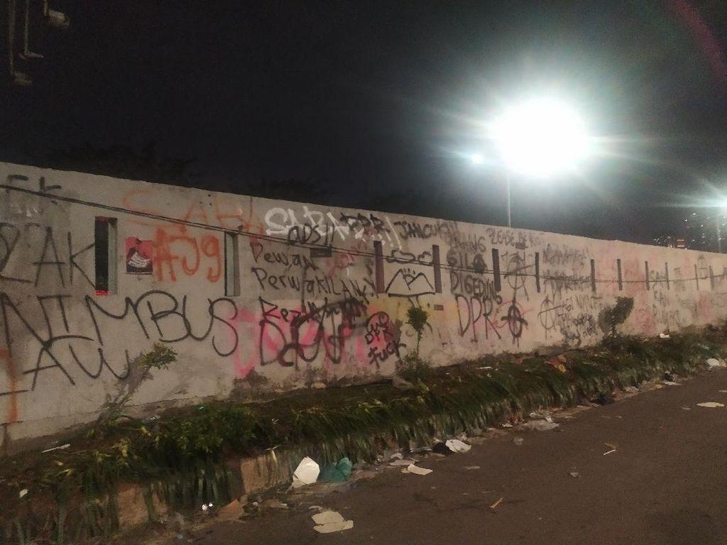 Massa Demo Bubar, Aneka Coretan Penuhi Tembok di Sekitar DPR