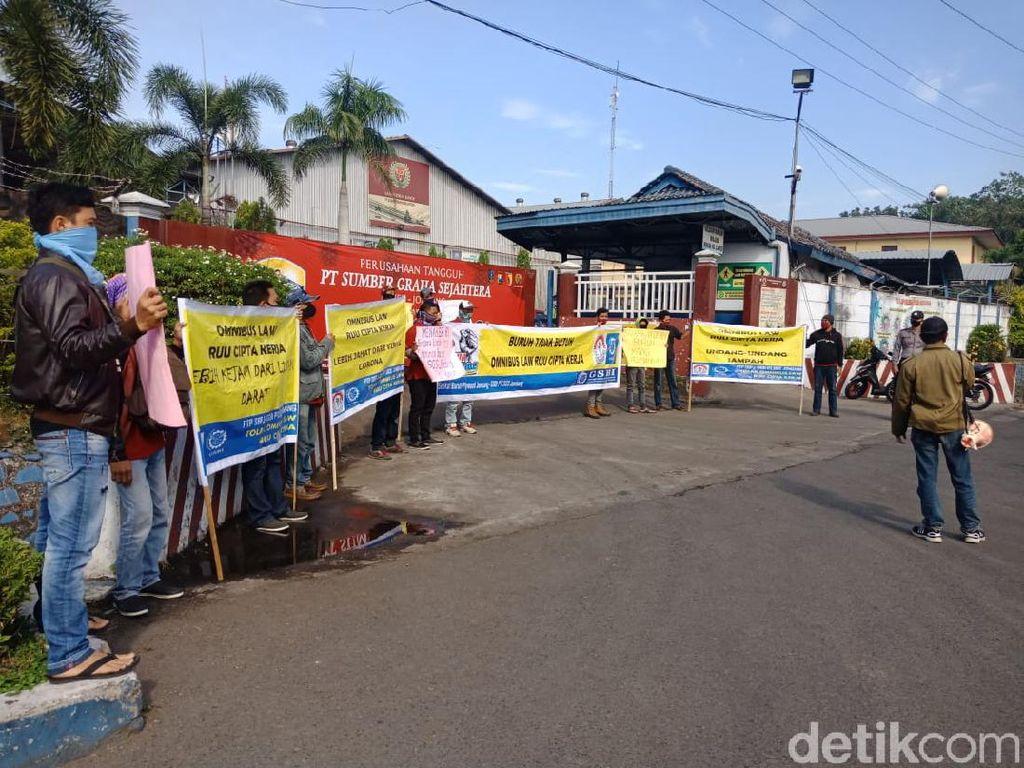 Tuntut THR, Buruh di Jombang Sebut RUU Cipta Kerja Lebih Jahat dari Corona