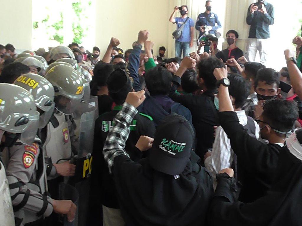 Demo Mahasiswa Tolak TKA di Depan DPRD Gorontalo Diwarnai Saling Dorong