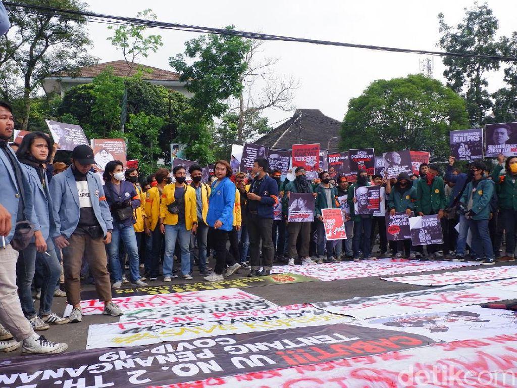 Tolak RUU Cipta Kerja, Ratusan Mahasiswa Demo di Gedung DPRD Jabar