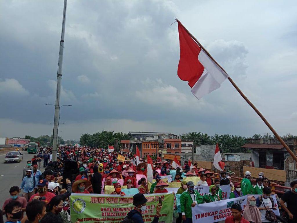Massa Demo Tolak Omnibus Law di Flyover Amplas Medan, Lalin Macet