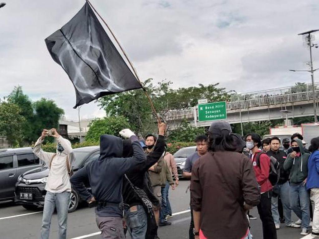 Pedemo di Depan DPR Sempat Masuk Tol dan Kibarkan Bendera Anarko