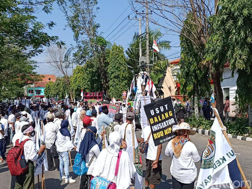 Ratusan Orang Demo Tolak RUU HIP di DPRD Kota Kediri Bawa 5 Tuntutan