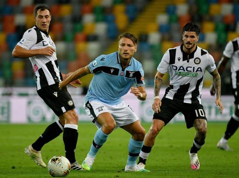 UDINE, ITALY - JULY 15: ciro Immobile of SS Lazio compete fot the ball with Rodrigo De Paol of Udinese Calcio during the Serie A match between Udinese Calcio and  SS Lazio at Stadio Friuli on July 15, 2020 in Udine, Italy. (Photo by Marco Rosi - SS Lazio/Getty Images)
