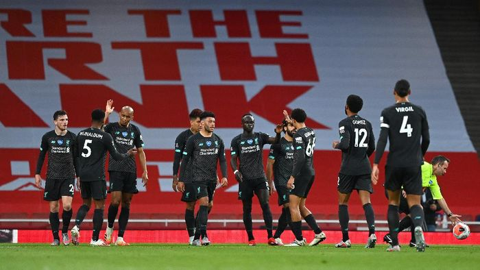 LONDON, ENGLAND - JULY 15: Sadio Mane of Liverpool celebrates with teammates after scoring his sides first goal during the Premier League match between Arsenal FC and Liverpool FC at Emirates Stadium on July 15, 2020 in London, England. Football Stadiums around Europe remain empty due to the Coronavirus Pandemic as Government social distancing laws prohibit fans inside venues resulting in all fixtures being played behind closed doors. (Photo by Shaun Botterill/Getty Images)