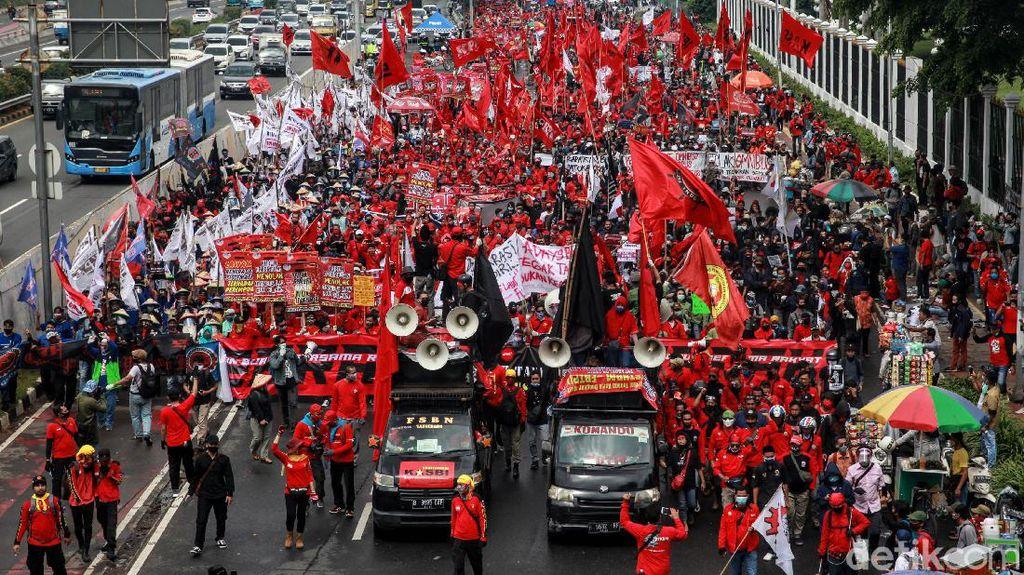 Massa Buruh dan Petani Menyemut di Depan Gedung DPR