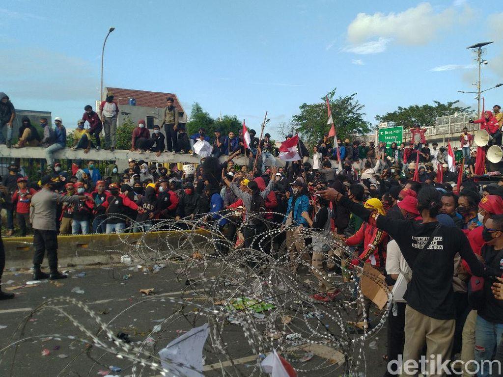 Perwakilan Gagal Temui Anggota DPR, Massa Tolak RUU Ciptaker Rusak Kawat Duri