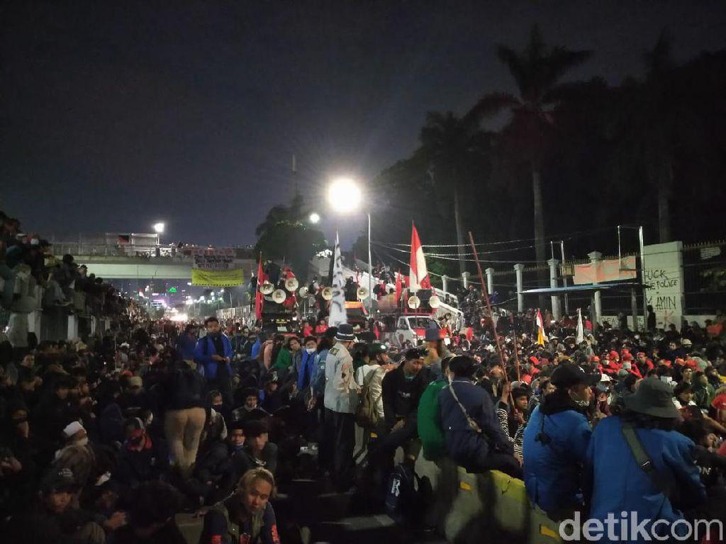 Massa Demo Buruh dan Mahasiswa Masih Bertahan di Depan Gedung DPR