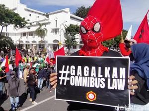 Sepasang Pendemo Tolak Omnibus Law di Kantor Gubernur Jatim Kecopetan