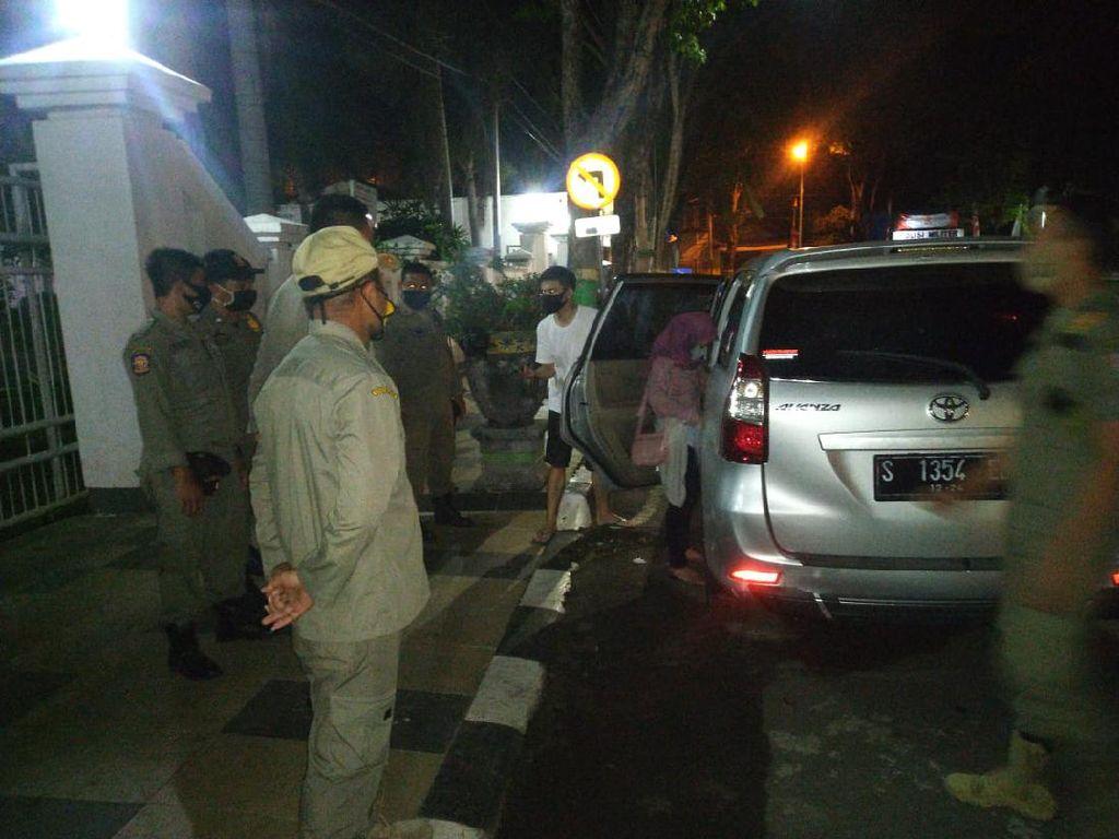 Sepasang Muda Mudi Diamankan dari Mobil Bergoyang di Tuban