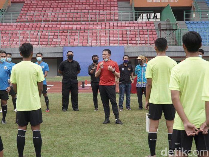 Ketum PSSI, Mochamad Iriawan, menengok Timnas U-16 latihan.