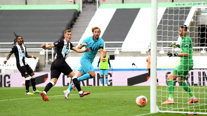 NEWCASTLE UPON TYNE, ENGLAND - JULY 15: Harry Kane of Tottenham Hotspur scores his sides second goal during the Premier League match between Newcastle United and Tottenham Hotspur at St. James Park on July 15, 2020 in Newcastle upon Tyne, England. Football Stadiums around Europe remain empty due to the Coronavirus Pandemic as Government social distancing laws prohibit fans inside venues resulting in all fixtures being played behind closed doors. (Photo by Stu Forster/Getty Images)