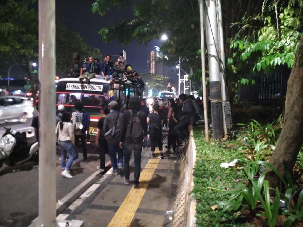 Pendemo di Sekitar Gedung DPR Bubarkan Diri, Bergerak ke Jl Gerbang Pemuda