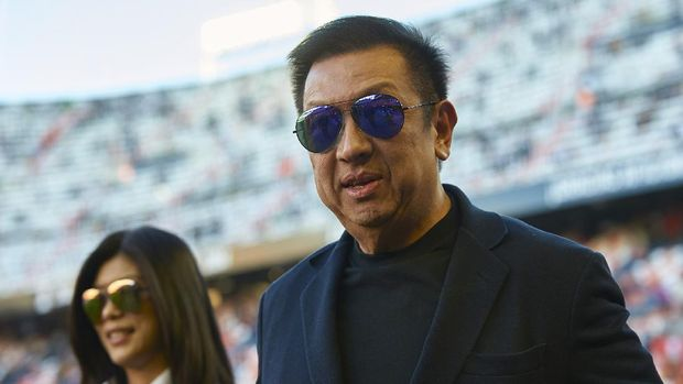 VALENCIA, SPAIN - JANUARY 04:  New owner of Valencia CF Peter Lim looks on prior to the start of the La Liga match between Valencia CF and Real Madrid CF at Estadi de Mestalla on January 4, 2015 in Valencia, Spain.  (Photo by Manuel Queimadelos Alonso/Getty Images)