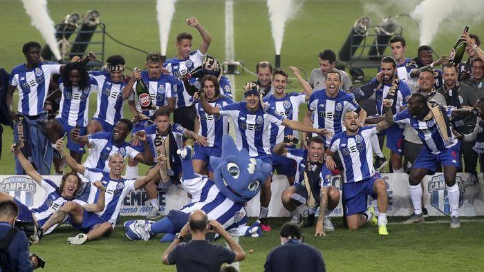 FC Porto dipastikan meraih gelar Liga Portugal setelah meraih kemenangan 2-0 atas Sporting Lisbon. Perayaan pun dilakukan oleh para pemain hingga suporter.