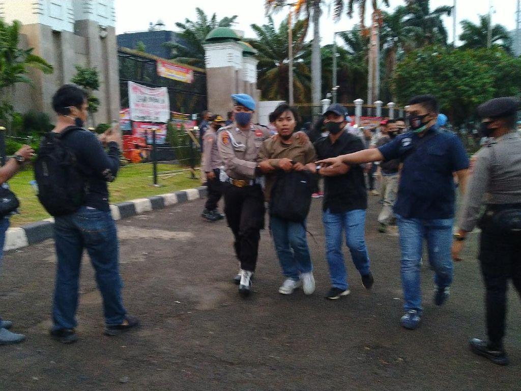 2 Orang Pria dari Massa Demo Buruh Dibawa Polisi Masuk ke Dalam DPR