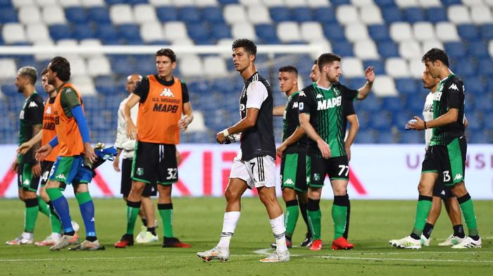 REGGIO NELLEMILIA, ITALY - JULY 15:  Cristiano Ronaldo of Juventus FC shows his dejection at the end of the Serie A match between US Sassuolo and Juventus at Mapei Stadium - Citta del Tricolore on July 15, 2020 in Reggio nellEmilia, Italy.  (Photo by Marco Luzzani/Getty Images)