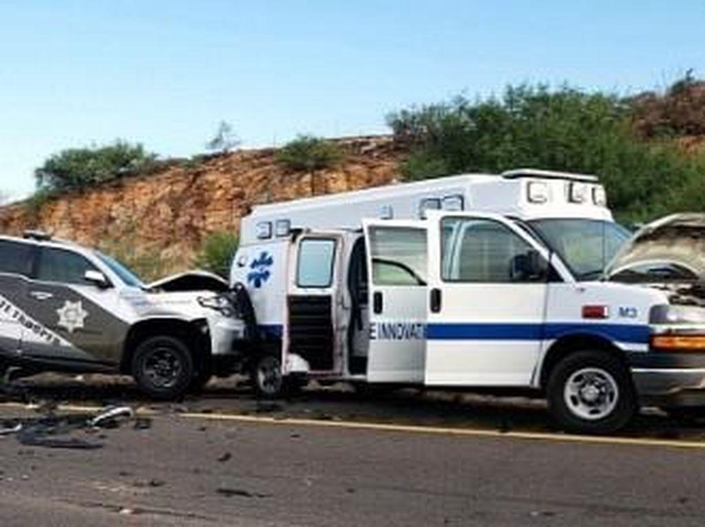 Pakai Mode Autopilot, Tesla Hajar Ambulans dan Mobil Polisi