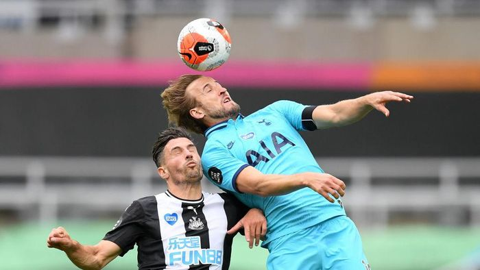 NEWCASTLE UPON TYNE, ENGLAND - JULY 15: Harry Kane of Tottenham Hotspur jumps for the ball with Fabian Schar of Newcastle United during the Premier League match between Newcastle United and Tottenham Hotspur at St. James Park on July 15, 2020 in Newcastle upon Tyne, England. Football Stadiums around Europe remain empty due to the Coronavirus Pandemic as Government social distancing laws prohibit fans inside venues resulting in all fixtures being played behind closed doors. (Photo by Michael Regan/Getty Images)