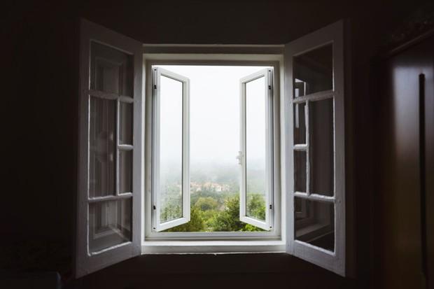 Adanya jendela, ventilasi, dan pintu akan membantu kamar jadi tidak lagi pengap.