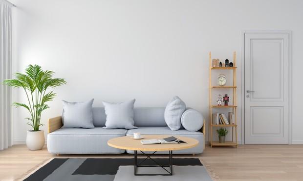 Mengecat dinding kamar dengan warna putih atau warna dingin akan membantu ruangan terasa lebih luas dan sejuk.
