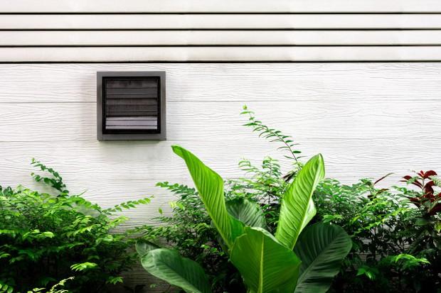 Pasang exhaust fan agar udara dalam kamar bisa ditarik ke luar ruangan.