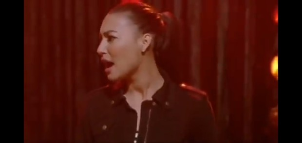 Penampilan Naya Rivera menyanyikan lagu Girl on Fire di serial Glee.