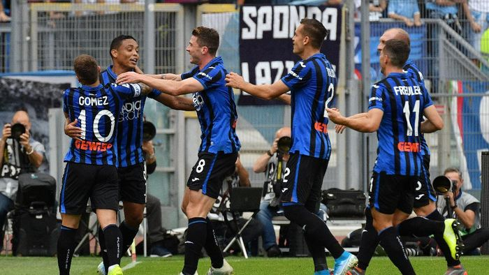 ROME, ITALY - OCTOBER 19:  Luis Muriel of Atalanta BC celebrate a second goal with his team mates during the Serie A match between SS Lazio and Atalanta BC at Stadio Olimpico on October 19, 2019 in Rome, Italy.  (Photo by Marco Rosi/Getty Images)